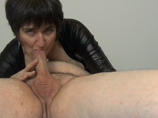 819eeb51 in Blowjob im Glanzanzug