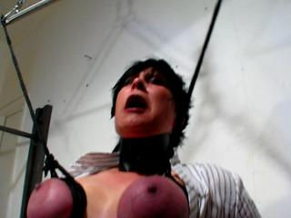 an titten aufgehängt vagina spange