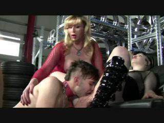 Sklave leckt die Stiefel von zwei Frauen, die ihn quälen