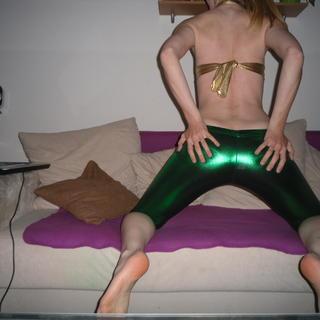 Heizzz in grüner caprileggins und goldenen gogo-top