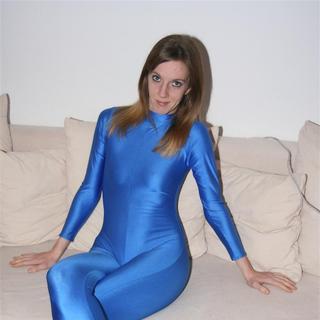 Ich im blauen ganzkörperanzug-spandex