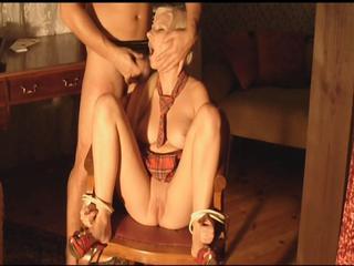 Die gefesselte Fotze wird von ihrem Meister zum Lutschen gezwungen