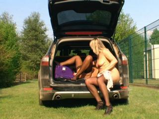Zwei geile Luder besorgen es sich auf einem Parkplatz mit einer Fickmaschine im Kofferraum
